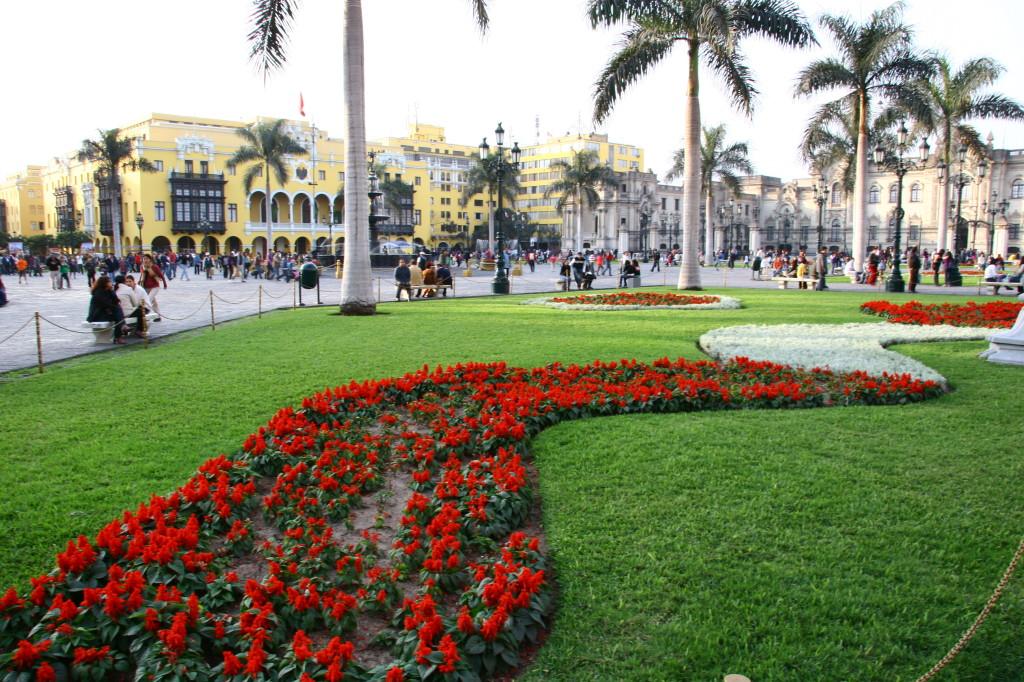 Palmen und Blumen schmücken die Plaza Mayor in Lima