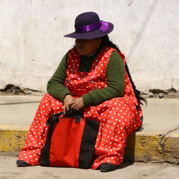 Peruanische Cholita in Rotem Kleid