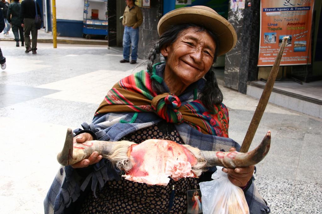 Peruanische Cholita mit Kalbskopf