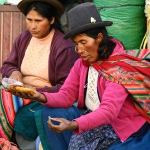 Peruanische Cholitas kaufen ein