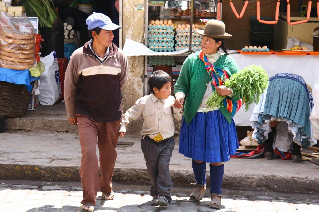 Peruanische Familie auf dem Wochenmarkt