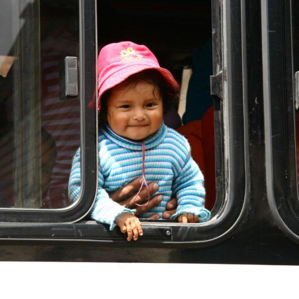 Peruanische Niña im Bus in das heilige Tal der Inka