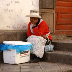 Peruanische Straßenverkäufein wartet gelangweilt auf Kundschaft