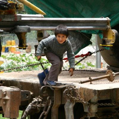 Peruanischer Junge auf den Geleisen
