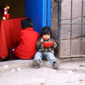 Peruanisches Kind beim Essen