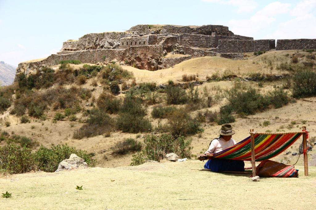 Puca-Pucará - Webstuhl vor der Puka Pukara, Stützpunkt der Stafettenläufer der Inka