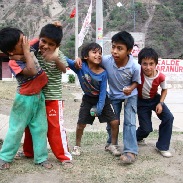 Santa Maria - Kinder raufen vor der Kamera