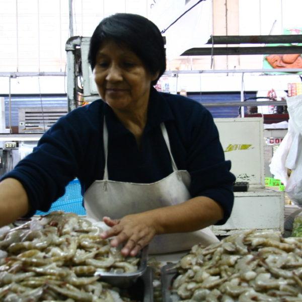 Schrimps-Verkäuferin auf dem Mercado N° 1 Surquillo in Lima