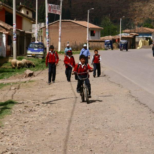 Schuljungen auf dem Fahrrad im Valle Sagrad de los Incas