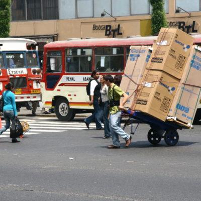 Schwerer Transport auf dem Karren auf den Straßen von Lima