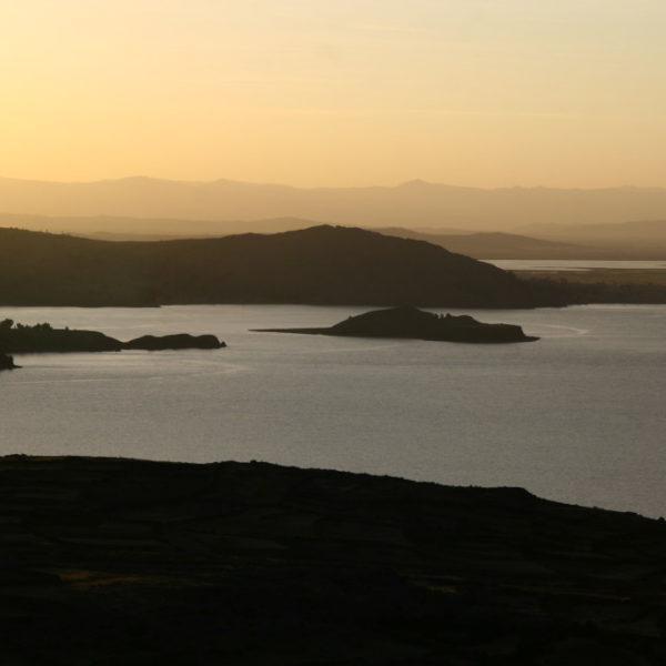 Sonnenuntergang auf der Insel Amantaní mit Blick auf die Insel Taquile