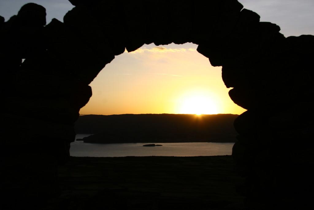 Sonnenuntergang in den Tempelruinenauf der Insel Amantaní auf dem Berg Pachatata mit Blick auf die Insel Taquile