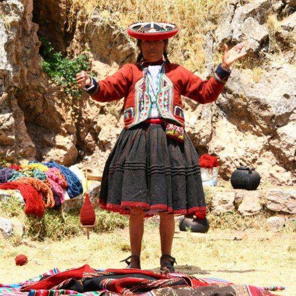 Spinnerin auf dem Markt in Chincero / Peru