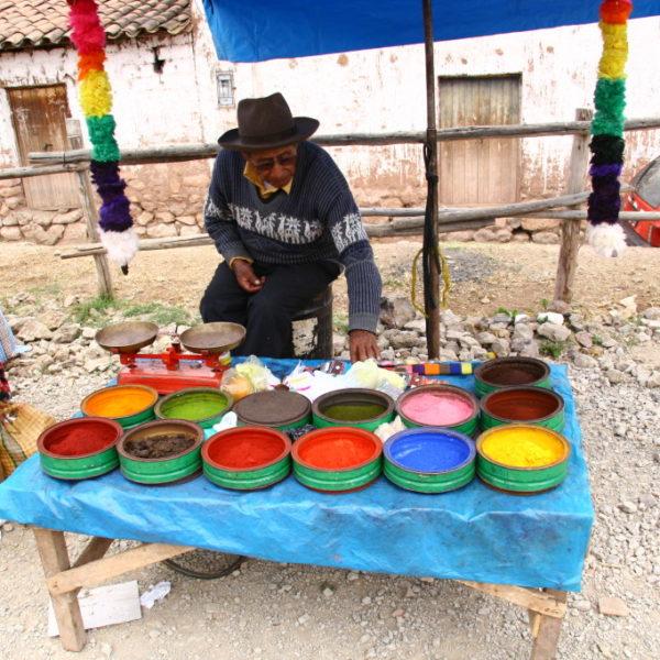 Stand mit Stoff-Farben in Chinchero