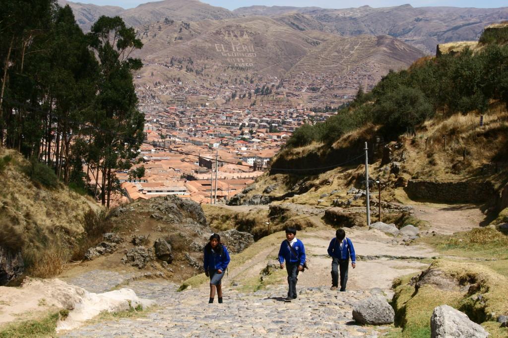 Steiler Schulweg - Schulkinder bei Cusco / Peru