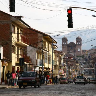 Straße in Cusco - Jesuitenkirche im Hintergrund
