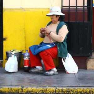 Strickende Traßenverkäuferin in Arequipa