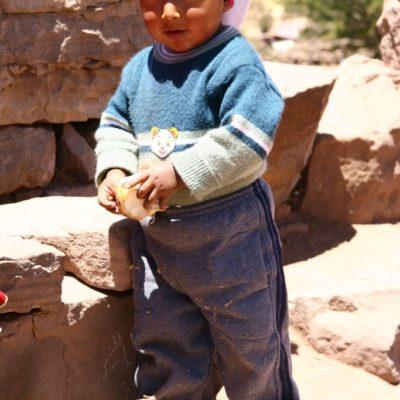 Taquileño - Kleiner Junge auf dem Dorfplatz der Insel Taquile