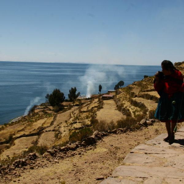 Taquileña - Bewohnerin der Insel Taquile auf einem Weg bei den Terrassenfeldern an den Hängen