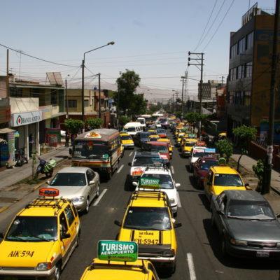 Taxi-Wüste - Stau auf den Straßen von Arequipa / Peru