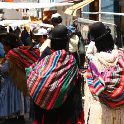 Traditionelle, bunte Tragetücher gut gefüllt im Einsatz auf dem Markt