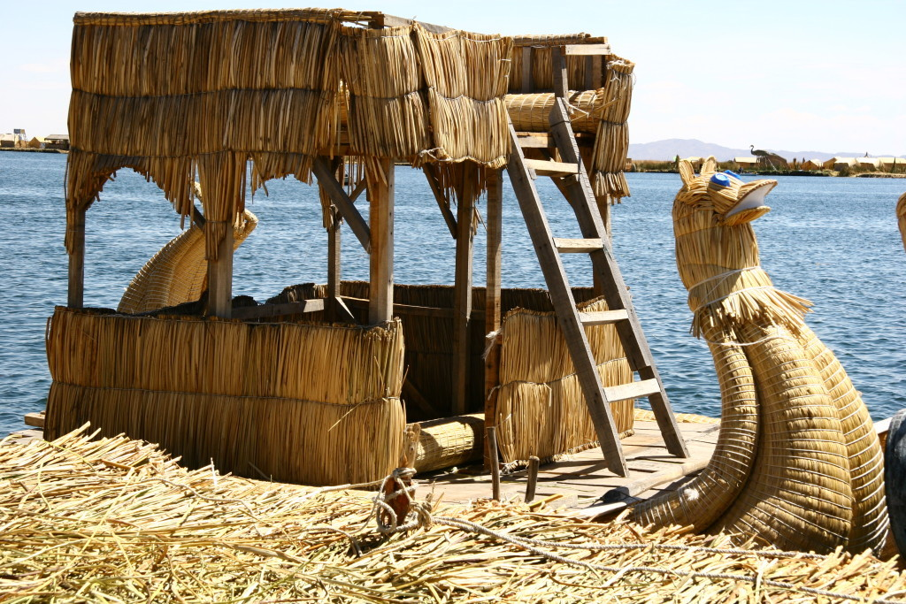 Uros Floating Islands auf dem Titicaca-See - Traditionelles Schilfboot