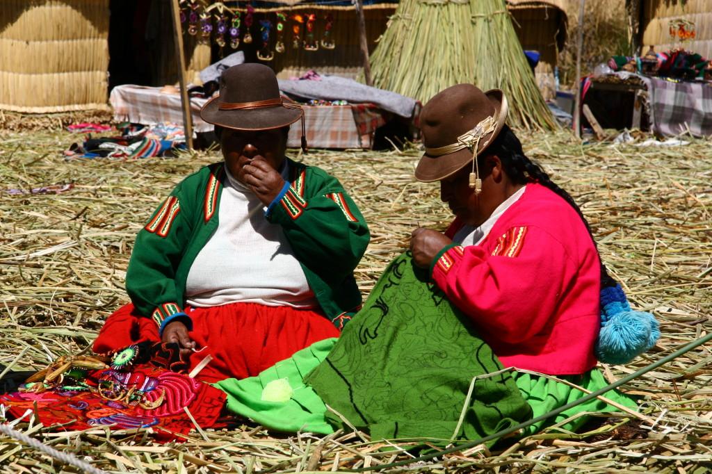Uros-Indianerinnen beim Sticken