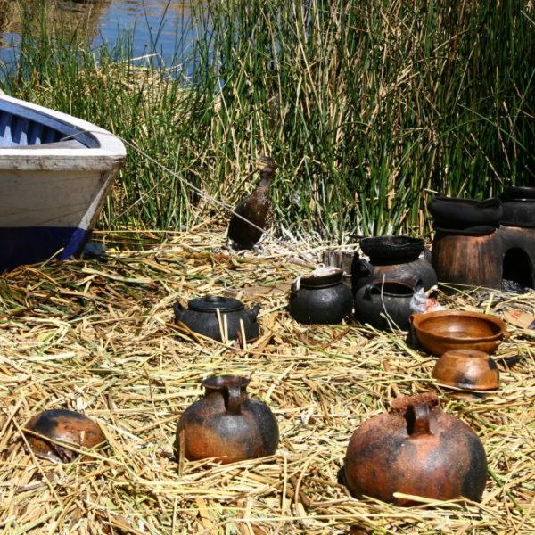 Uros Islands - Koch-Geschirr im Schilf trocknet in der Sonne