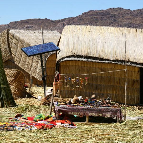 Uros Islands - Solarenergie vor dem Souvenirstand