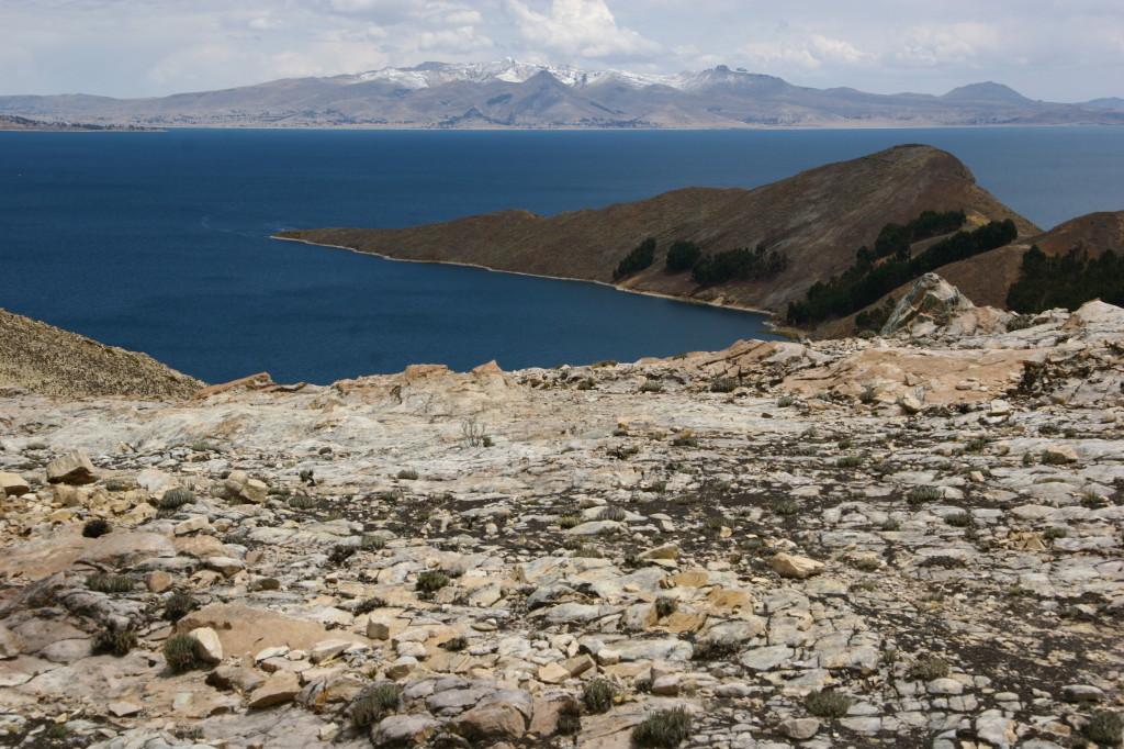 Von der Isla del Sol fällt der Blick auf die schneebedeckten Berge der Cordillera Real