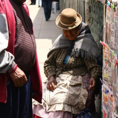 Zeitungsverkäuferin in Puno