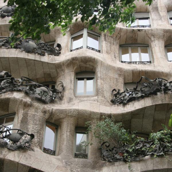 Balkone an der Casa Mila mit geschwungener Fassade