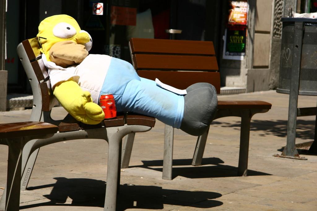 Homer Simpson mit Estrella-Dose
