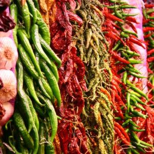 La Boqueria - Knoblauch und bunte, traditionelle Chili-Bündel