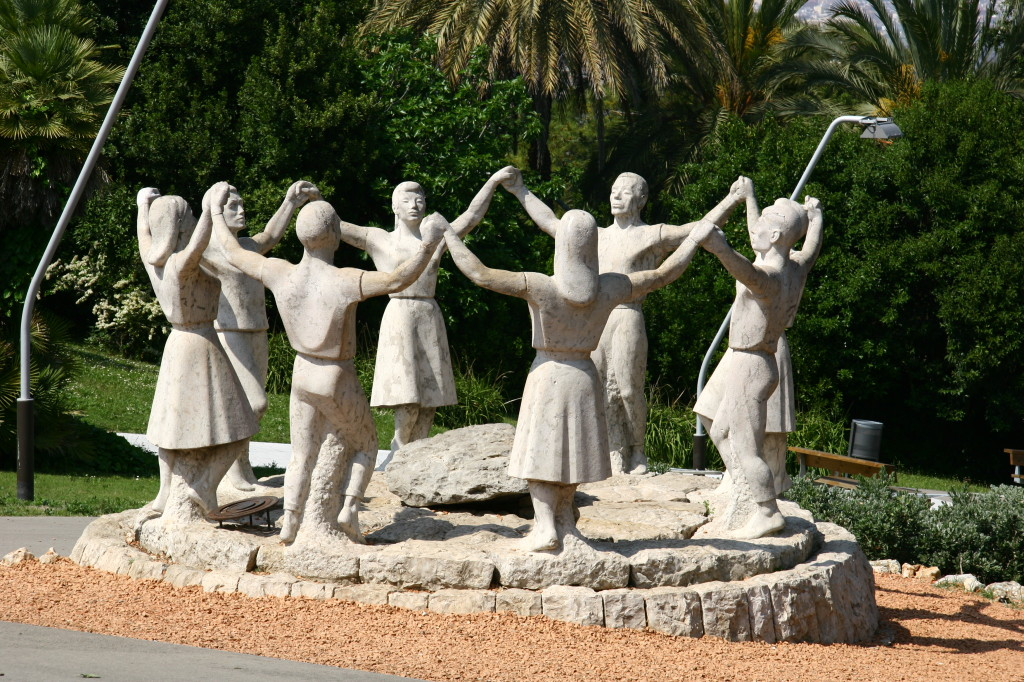 Monument a la Sardana - Tanzende Figuren auf dem Montjuïc