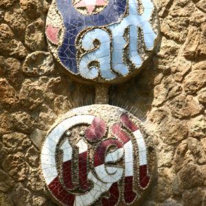 Mosaik-Schriftzug an einer Außenmauer des Parks Güell
