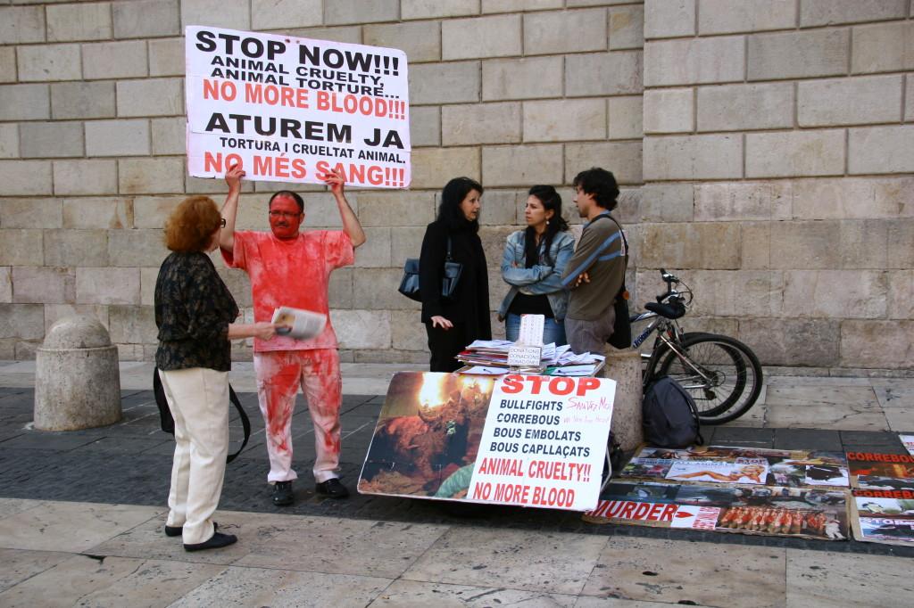 Stop Now! - Anhänger der Tierschutzinitiative Prou! demonstrieren gegen Stierkämpfe