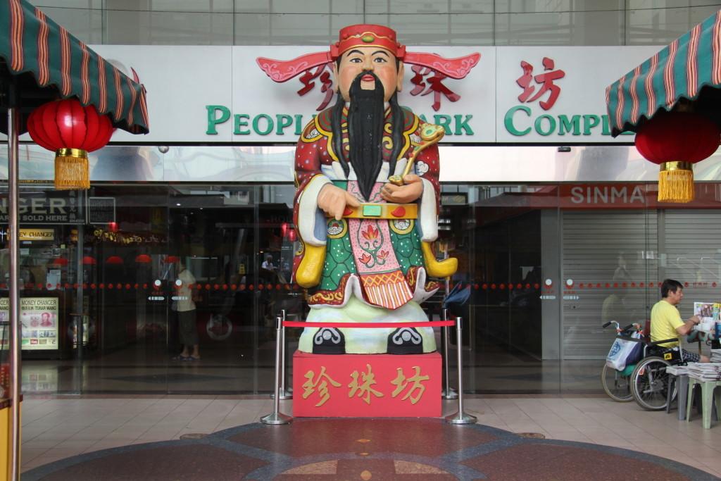 财神到 Cáishén Dào – Der Gott des Geldes -Statue vor dem People's Park Centre in Chinatown