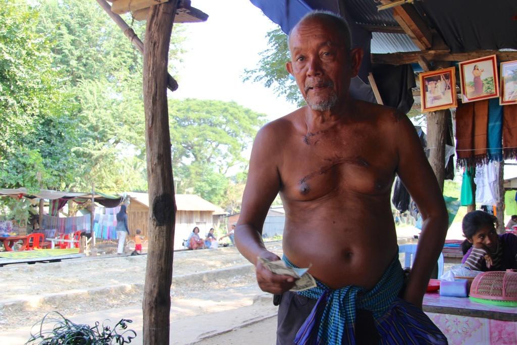 Alter Khmer and der Station vom Bambootrain spricht offen über die Zeiten der Roten Khmer