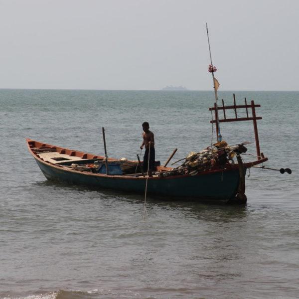 Fischerboot vor dem Krabbenmarkt in Kep