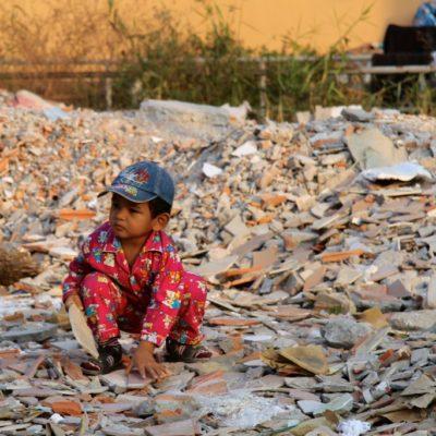 Kleiner Junge auf Schutt in Siem Reap