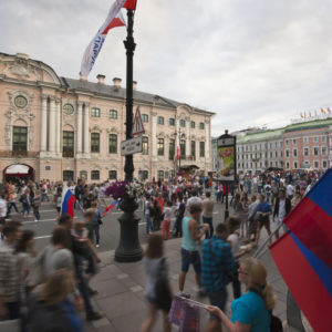 Russische Fahnen auf dem Newski Prospekt