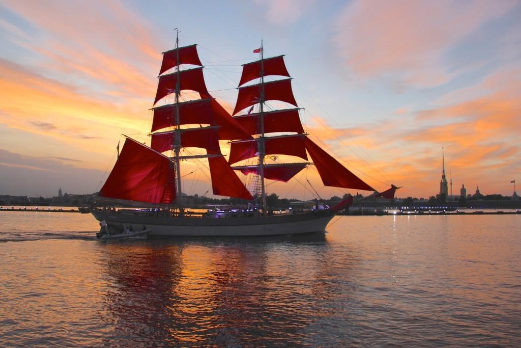 Segelschiff mit scharlachroten Selgeln in Sankt Petersburg