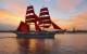 Schiff mit scharlachroten Segeln auf dem Fluss Newa in St. Petersburg