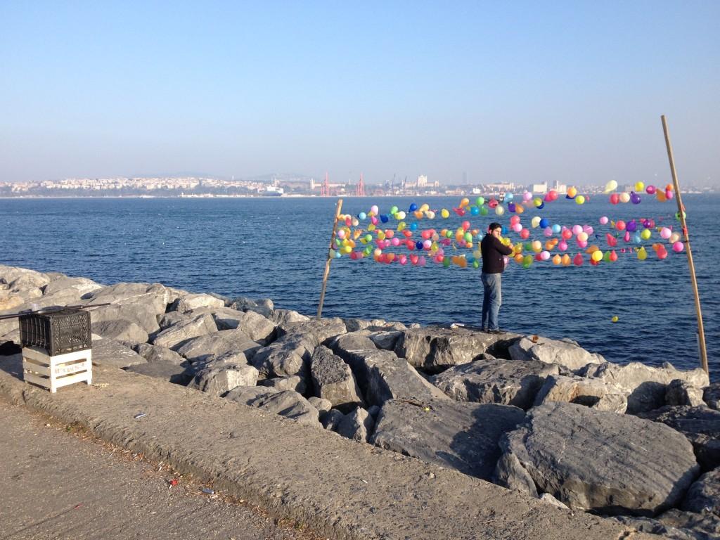 Bunte Luftballons auf der Promenade in Istanbul