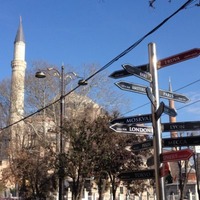 Entfernungsschilder vor der Hagia Sophia in Istanbul