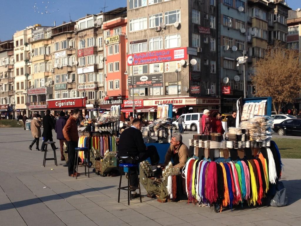 Schuhputzer und Kleiderstände vor der Metro-Station Aksaray