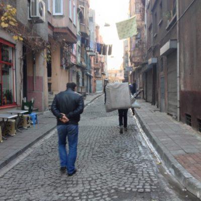 Schwere Lasten in den Gassen von Istanbul