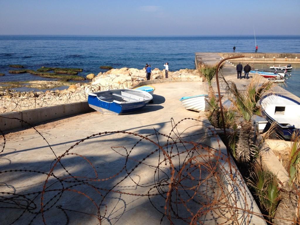 Strandpromenade Corniche - Stacheldrahtzaun verwehrt den Zugang zum Meer