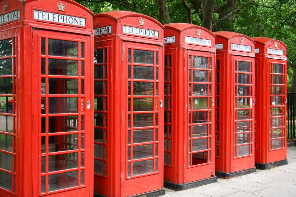 Rote Telefonzellen neben dem Hyde Park
